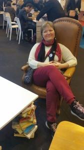 Un fauteuil confortable chez France Télévisions et une table basse en livres !
